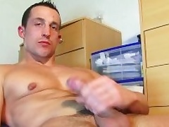 Brisk video (25mns): A str8 soccer player gets wanked his huge flannel by a guy